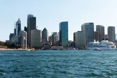 Современные здания приближают к круговой набережной Стоковые Фотографии RF