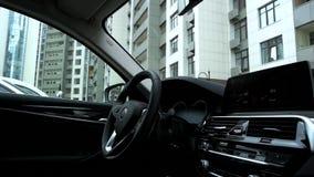 Современные интерьер и приборная панель автомобиля сток-видео