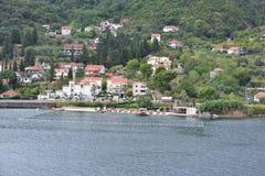 Современные квартиры и бассейн Kotor, Черногории Стоковое Изображение RF