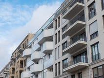 Современные квартиры с балконами в городской местности Стоковая Фотография RF