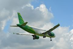 Современные коммерческие самолеты готовые для того чтобы принять от аэропорта стоковое изображение
