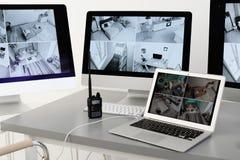 Современные компьютеры с видео- широковещанием от камер слежения на рабочем месте предохранителя стоковое изображение rf