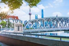 Современные конструкция и дорога города стоковое изображение