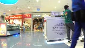 Современные крытые стойлы торгового центра Отслеживать съемку сток-видео