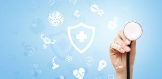 Современные медицинские значки технологии на виртуальном экране стоковые фотографии rf