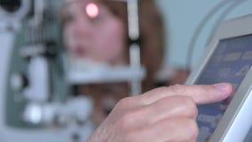 Современные медицинские процедуры Пункты офтальмолога на сенсорном экране во время рассматривать глаза акции видеоматериалы