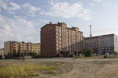 Современные мульти-storeyed здания с башней радиосвязей позади Стоковые Изображения RF