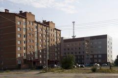 Современные мульти-storeyed здания с башней радиосвязей позади Стоковая Фотография