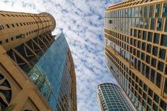 Современные небоскребы Марины Дубай - нижнего взгляда Стоковые Изображения RF