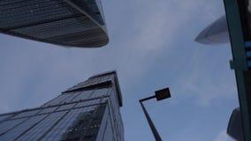 Современные небоскребы необыкновенной формы, сделанные из стекла Взгляд в вертеться daytime акции видеоматериалы