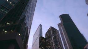 Современные небоскребы, сделанные из стекла Нижний поднимающий вверх взгляд с быстрым вращением акции видеоматериалы