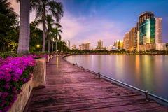 Современные небоскребы, цветки, и пальмы вдоль озера Rajada на стоковая фотография
