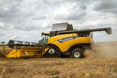 Современные новые урожаи вырезывания жатки зернокомбайна Голландии Стоковая Фотография RF
