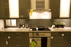 Современные домашние интерьеры кухни стоковое фото