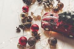 Современные орнаменты рождества, игрушка автомобиля с деревом, и анисовка o конусов Стоковое Фото