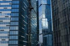 Современные отражения стекла офисного здания Стоковые Изображения RF
