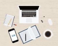 Современные офис или рабочее место фрилансера с компьтер-книжкой, тетрадью, кофе, ручкой, smartphone и мышью Деревянная предпосыл Стоковое Изображение RF