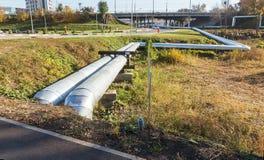 Современные повышенные трубы жары Трубопровод над землей, проводя он стоковая фотография rf