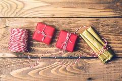 Современные подарочные коробки на деревянной предпосылке Оборачивать воодушевленность для подарков рождества Стоковые Фотографии RF