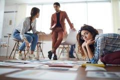 Современные предприниматели планируя проект стоковые фотографии rf