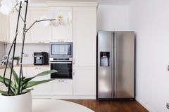 Современные приборы и новый дизайн в кухне Кухня и квартира просторной квартиры стоковое изображение rf