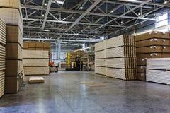 Современные продукция и складское помещение при произведенный пиломатериал и подготавливают для пересылки стоковое фото