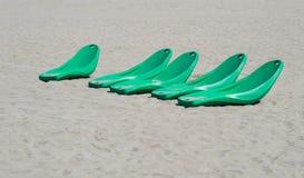 Современные пластичные sunbeds пляжа на песчаном пляже Стоковое Изображение