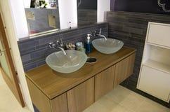 Современные раковины ванной комнаты стоковое изображение rf