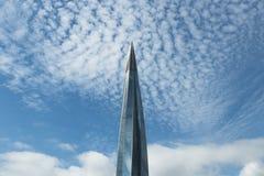Современные стеклянные высокие здания в облаках на солнечный день здание выглядеть как шпиль стоковое изображение