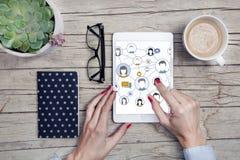 Современные стол офиса с социальной таблеткой средств массовой информации, сподручный, блокнотом и чашкой кофе Стоковая Фотография