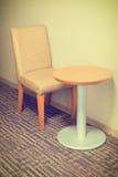 Современные стул и таблица софы в гостиничном номере Стоковое Изображение