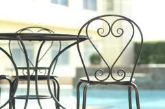 Современные стулья около бассейна стоковая фотография