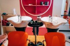Современные тазы мытья в салоне парикмахерских услуг, никто стоковое изображение rf