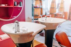 Современные тазы мытья в салоне парикмахерских услуг, никто стоковые фотографии rf