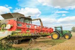 Современные урожаи вырезывания жатки зернокомбайна claas Стоковая Фотография