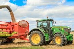 Современные урожаи вырезывания жатки зернокомбайна claas Стоковые Изображения