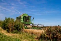 Современные урожаи вырезывания жатки зернокомбайна John Deere Стоковые Фото