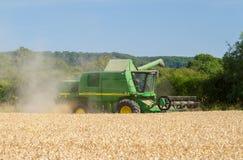 Современные урожаи вырезывания жатки зернокомбайна John Deere Стоковые Изображения