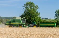Современные урожаи вырезывания жатки зернокомбайна John Deere Стоковые Фотографии RF