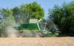 Современные урожаи вырезывания жатки зернокомбайна John Deere Стоковое Фото