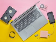 Современные цифровые приборы устройств, носителей записи, devaysy и устарелого сетноые-аналогов средств массовой информации на пр Стоковая Фотография RF