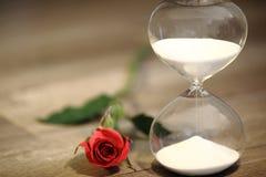 Современные часы и красная роза с космосом экземпляра Стоковое Изображение RF