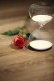 Современные часы и красная роза с космосом экземпляра Стоковое Изображение