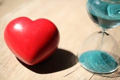 Современные часы и красное сердце с космосом экземпляра Стоковое Фото