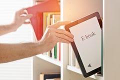 Современные читатель и книги ebook Стоковые Изображения