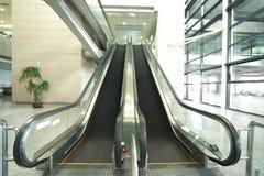 Современные шаги архитектуры moving эскалатора и лестницы дела Стоковое Изображение