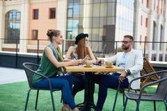 Современные люди офиса на перерыве на чашку кофе Стоковая Фотография