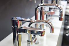 Современные faucets водопроводного крана кухни Стоковые Изображения RF