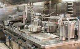 Современные hobs нержавеющей стали в коммерчески кухне стоковая фотография