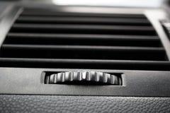 Современный автомобильный кондиционер автомобиля (сброс вентиляции автомобиля) с градиентом округлил маховичок управления в черно стоковые фотографии rf